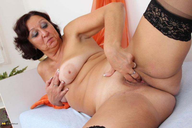 Mature mom solo posing nude